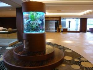 シェラトンホテル様エントランスに大迫力の円柱水槽